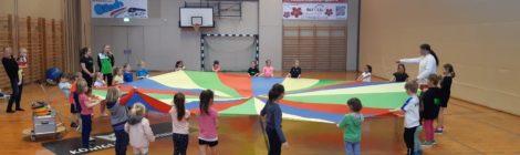 Begeisterte Kids beim Zirkus Training mit Nano